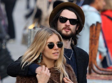Сиенна Миллер (Sienna Miller) и Том Старридж (Tom Sturridge) / splashnews.com
